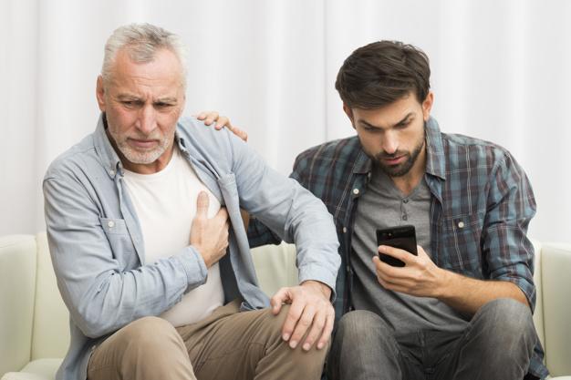 hombre-envejecido-que-tiene-ataque-al-corazon-cerca-chico-joven-usando-telefono-inteligente-sofa_23-2148030200.jpg