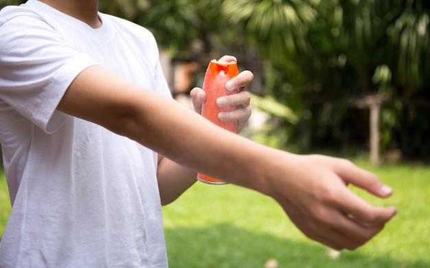 chico-joven-rocia-repelentes-insectos-piel-botella-spray_42667-43.jpg
