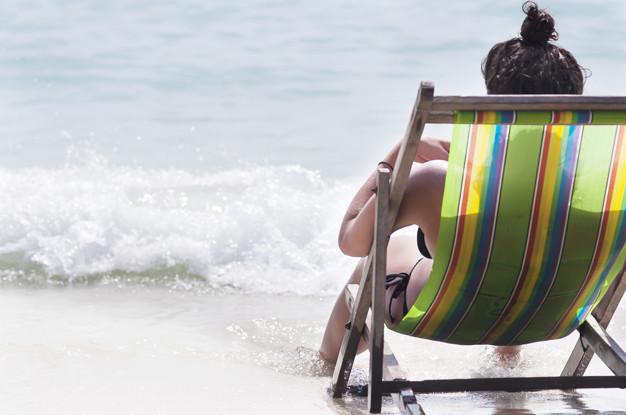 dama-sentada-leyendo-playa-relajarse-banco-hermosa-playa-arena-blanca_1150-6336.jpg