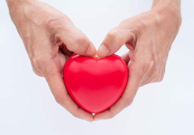 mano-sostenga-corazon-proteger-su-salud_40919-380.jpg