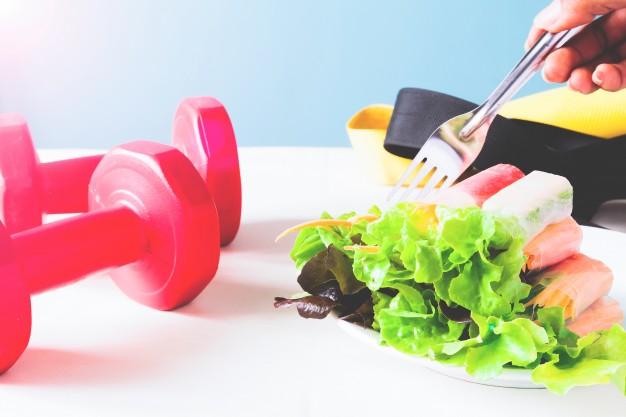 alimentacion-saludable-dieta-cocina-vegetariana-concepto-saludable-cerca-ensalada-verduras-rollo-tenedor-casa_1428-588.jpg