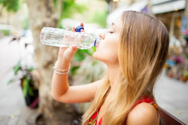 agua-potable-turista-cansado-al-aire-libre_1262-7345.jpg