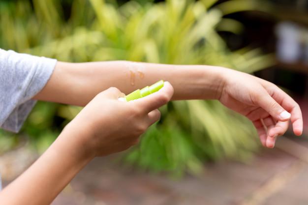 chico-joven-rocia-repelente-insectos-contra-picaduras-mosquitos-su-brazo_42667-323.jpg