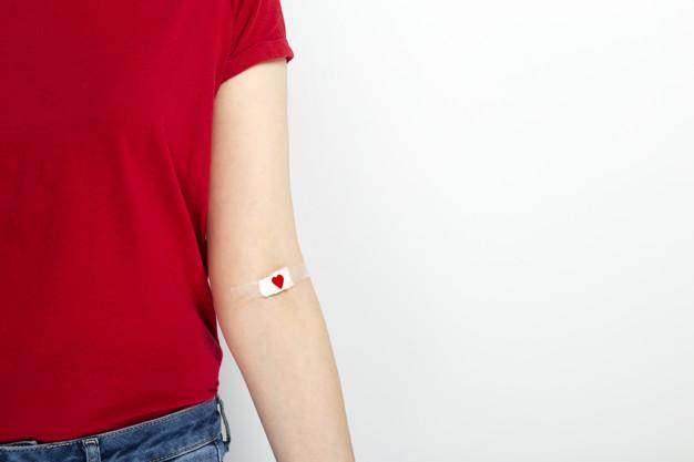 donacion-sangre-chica-joven-camiseta-roja-grabada-mano-parche-corazon-rojo-despues-dar-sangre-sobre-fondo-gris_89386-1287.jpg