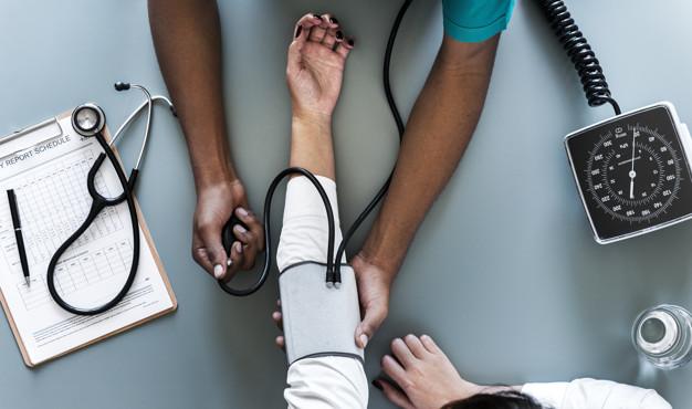 enfermera-que-mide-presion-arterial-paciente_53876-14933.jpg