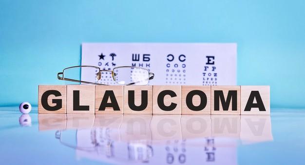 glaucoma-palabra-escrita-cubos-madera-gafas-ojos-fondo-mesa-prueba-ocular_301771-43.jpg