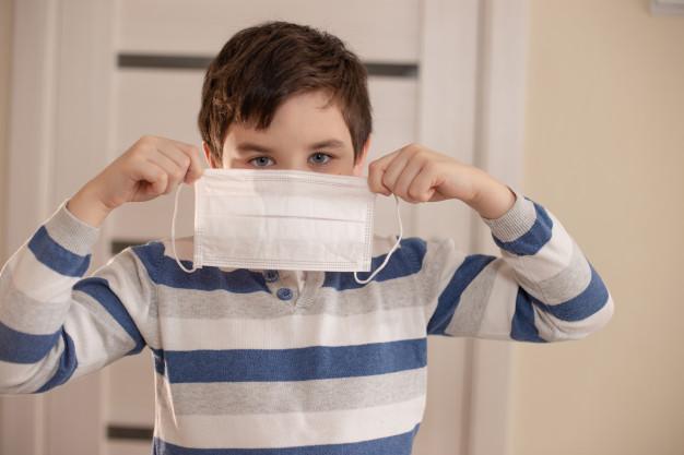 joven-rostro-protegido-mascara-medica-tiene-sus-manos_116578-161.jpg