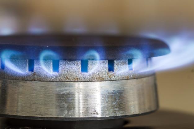 llamas-azules-gas-natural-queman-placa-estufa-cocina-foto-primer-plano-poca-profundidad_127089-2813.jpg