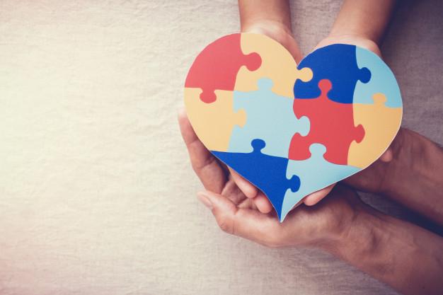 manos-adultos-ninos-corazon-rompecabezas-concepto-salud-mental-dia-mundial-concienciacion-sobre-autismo_49149-1228.jpg