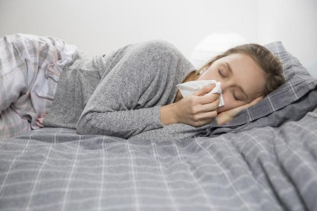 mujer-enferma-acostada-cama-ojos-cerrados-soplando-nariz_1262-18644.jpg