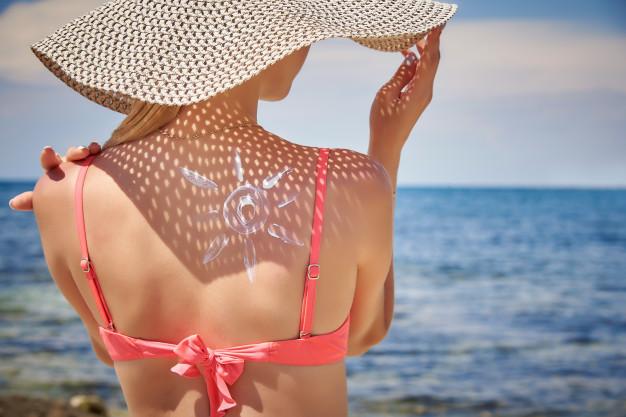 mujer-joven-sombrero-protector-solar-forma-sol-su-espalda_83055-928.jpg