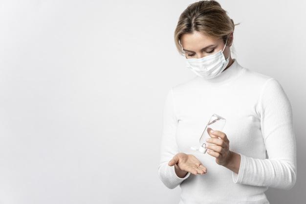 retrato-mujer-desinfectando-manos-gel_23-2148454289.jpg